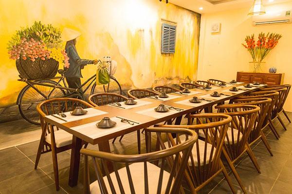 Nhà hàng phong cách đồng quê Việt Nam với hình ảnh xe chở hoa thân thuộc