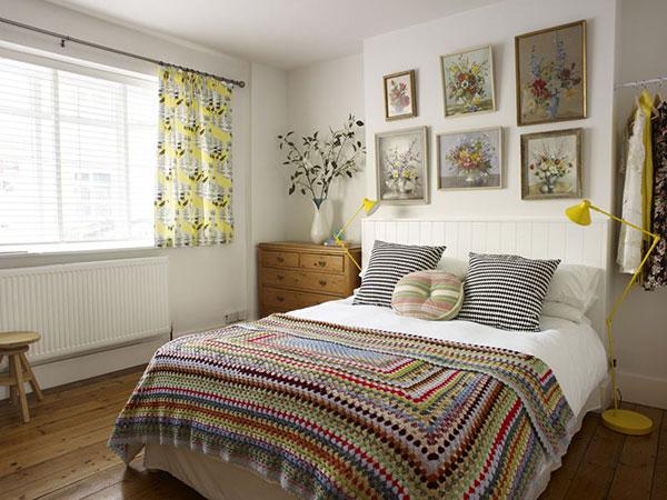 Ga trải giường đi kèm với gam màu trắng tinh tế giúp căn phòng trở nên nhã nhặn