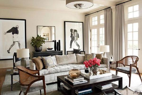 Ghế sofa là những gam màu trầm, be mangkiểu dáng cổ xưa gợi nhắc về miền quá khứ