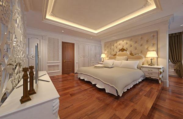 Phòng ngủ master với sàn gỗ cao cấp hài hòa với sắc be nhạt trong phòng