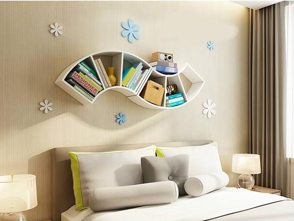 Bố trí kệ gỗ trên tường chính là điểm nhấn cho không gian