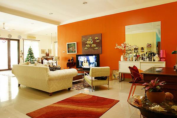 Cam nổi bật trên bức tường và tấm thảm dưới sàn nhà