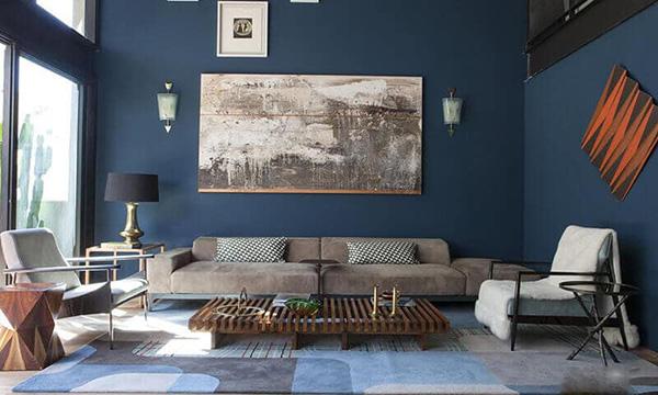 Màu coban trang trọng, lịch sự xuất hiện sau bức tường của sofa phòng khách