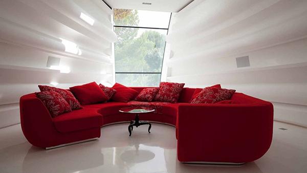 Bộ sofa đỏ, kích thước lớn trong không gian phòng khách