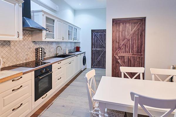 Nội thất phòng bếp được thiết kế bằng các vật dụng đơn giản, gần gũi