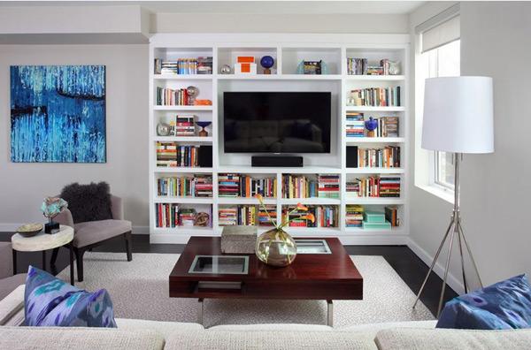 Kệ tivi kết hợp kệ sách bằng gỗ trong phòng khách