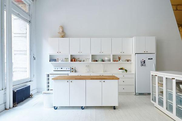 Mẫu bàn đảo bếp đẹp với sắc trắng thu hút, hài hòa