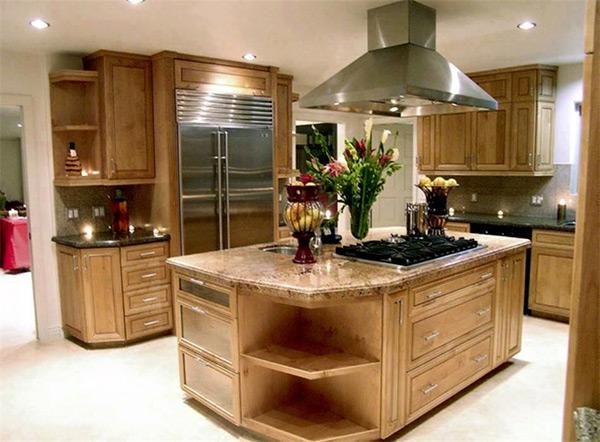 Thiết kế bằng gỗ cao cấp khiến căn phòng sang trọng, nổi bật