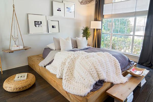 Phòng ngủ trở nên rộng rãi, cuốn hút với cách vận dụng ánh sáng hiệu quả
