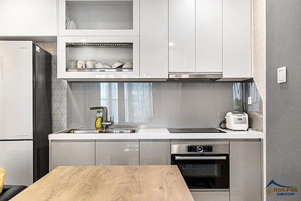 Phòng bếp đơn giản, ngăn nắp với các vật dụng cần thiết