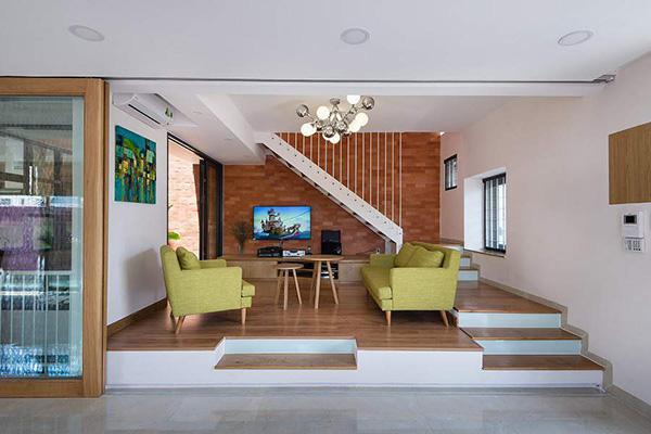 Tường phòng khách sử dụng màu gạch nổi bật